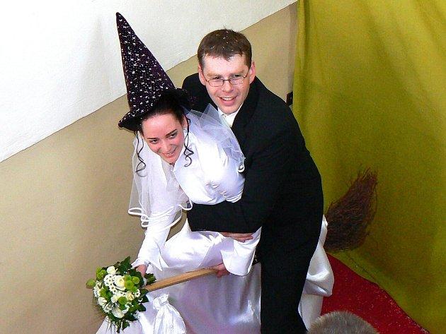 Místostarosta Lukáš Pleticha už není svobodný. Na čarodějnice se na jablonecké radniční věži oženil odpoledne s Leou Wildnerovou.