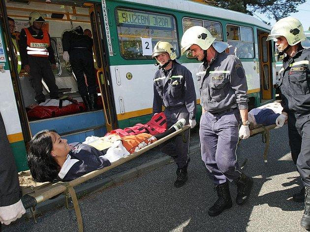 Více než stovka profesionálů se ve středu dopoledne sešla ve Vratislavicích nad Nisou. Tam trénovali policisté, strážníci, krajští hasiči, záchranáři, ale i pracovníci Českého červeného kříže zásah u střetu dvou tramvají.