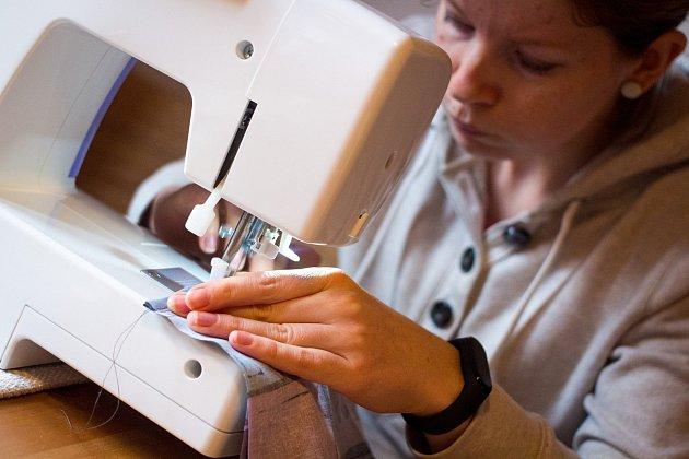 VŽelezném Brodě vznikla facebooková iniciativa Roušky – dobrovolnická pomoc pro Železný Brod. Na snímku jedna zželeznobrodských dobrovolnic Kateřina Mašková při šití další roušky.