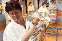 Jablonecká porodnice stejně jako i ostatní v kraji praská ve švech. Rodí silné ročníky ze sedmdesátých let. Na snímku Mareček Žďárský s maminkou Janou Maršíkovou.