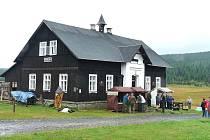 Hustý déšť a silný vítr provázel celý 6. ročník tradičních Anenských sklářských slavností na Jizerce.