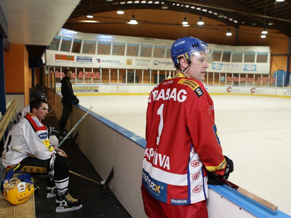 Fotbalisté Baumitu si zahráli hokej. Na snímku Karel Ptiák na střídačce.