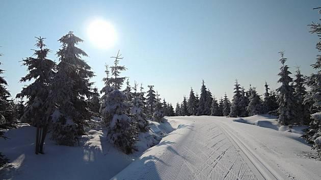 ZIMA JAKO Z POHÁDKY. Tak upravené stopy pro běžkaře rolbou JIZERSKÁ o.p.s.  jsou připravené na vrcholcích Jizerek. Vyzkoušela si je ve čtvrtek ráno i  autorka fotografií.