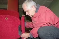 V jabloneckém kině Junior nyní opravují sedadla. Instalují krytku na sklopnou mechaniku. Kvůli ohrožení dětských diváků inspektoři ČOI nechali kino uzavřít.