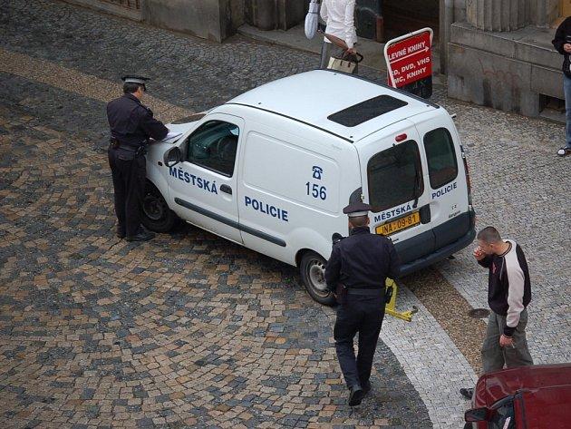 BOTIČKA. Nepříjemné zjištění každého řidiče, který špatně zaparkoval. Kolik však za svůj prohřešek zaplatí, se dozví až od strážníka městské policie. Částka se může vyhoupnout až na dva tisíce korun.