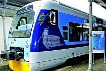 Nově potištěný vlak se jménem města Jablonec nad Nisou, znakem města a vyobrazením radnice. Bude vypadat nějak takto?