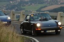 Stovka legendárních sportovních automobilů Porsche mnoha typů a verzí z celé republiky se sjela na setkání do areálu pivovaru ve Vratislavicích k Automobilovému muzeu. Páteční výjezd na Ještěd.