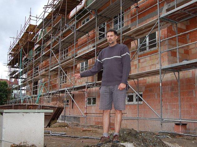 Realizátor stavby, a zároveň předseda představenstva  Herbert Gärtner, ukazuje společný dům Božena a Jadwiga, jak je sami pojmenovali. Po pravé straně se nachází třetí, a tím je Gertruda.
