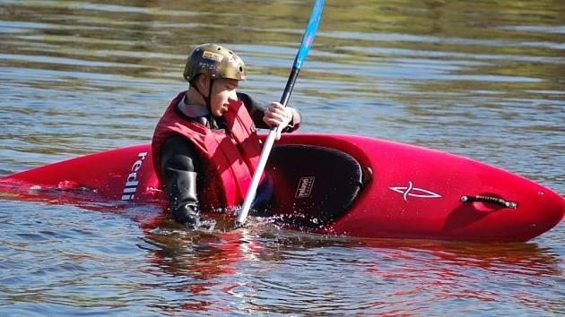 Počasí vodákům přeje. Dan Bronec z Jablonce se rozhodl vypravit na Jizeru. Přijel si vyzkoušet i vodácké triky.
