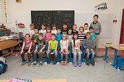 Prvňáci z 1. A Základní školy Železný Brod, Školní 700 se fotili do projektu Naši prvňáci. Na snímku je s nimi třídní učitelka Věra Kvapilová.