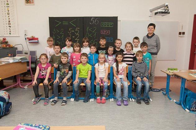 Prvňáci z1. AZákladní školy Železný Brod, Školní 700se fotili do projektu Naši prvňáci. Na snímku je snimi třídní učitelka Věra Kvapilová.