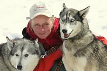 Musherka Jana Henychová se vrátila z Norska. Jako jediná Češka se účastnila nejseverněji položeného závodu psích spřežení Finnmarkslopet 2010. Na snímku se svými husky doma na Horním Maxově.
