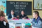 Věznice Rýnovice Závěrečným zkouškám oboru obráběč kovů přihlížel náměstek ministra vnitra ČR Vladimír Zimmel (vlevo) a ředitel Věznice Rýnovice Vlastimil Kříž.