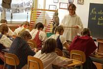 Petra Endlerová, zde jako přísný pan řídící  za c. k. Rakousko – Uhersko, vyučuje žáky sedmého stupně.