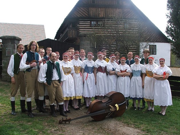 Během pětačtyřicetileté existence prošly folklorním souborem Nisanka již stovky tanečníků a muzikantů.