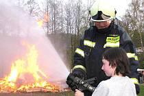 VATRA POD DOZOREM. Sbor dobrovolných hasičů Jablonecké Paseky tradičně nechybí u vyhlášeného pálení čarodějnic v této části Jablonce. Dohlížejí nejen na oheň, ale připravují už od odpoledne i zábavu pro děti.