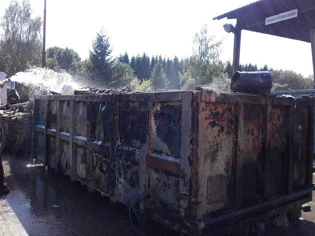 Tři jednotky vyjely kpožáru odpadu vkontejnerech.