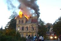 V Revoluční 17 v Jablonci v sobotu v podvečer hořel dvoupodlažní obytný dům stojící u železničního přejezdu.