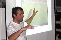 Martin Schröter ukazuje na projekci spornou situaci.