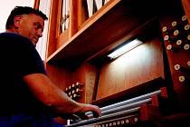 NÁSTROJ ZA PĚT MILIONŮ. Varhanář Vladimír Grygar, majitel prostějovské firmy, udělal v rámci reklamace na varhanech v letošním červenci spoustu práce. Přesto nejsou hotovy, i když je koncertní sezona za dvěřmi. Má potíže se subdodavateli.