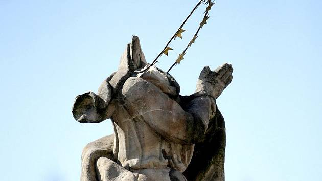 PO ŘÁDĚNÍ VANDALA Z VYŠKOVA. Historická socha na náměstí 3. května v Železném Brodě přišla o hlavu. Kladivem ji minulou sobotu setnul šestatřicetiletý muž z Vyškova, který to údajně udělal ze svého náboženského přesvědčení.