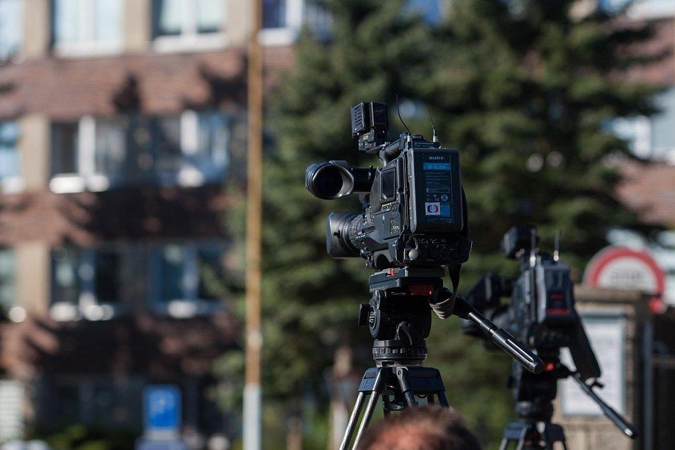 Novináři stále čekají 19. května před věznicí Rýnovice v Jablonci nad Nisou, v níž si odpykává trest vrah Jiří Kajínek. Za dvojnásobnou vraždu byl odsouzen na doživotí a ve vězení strávil 23 let.