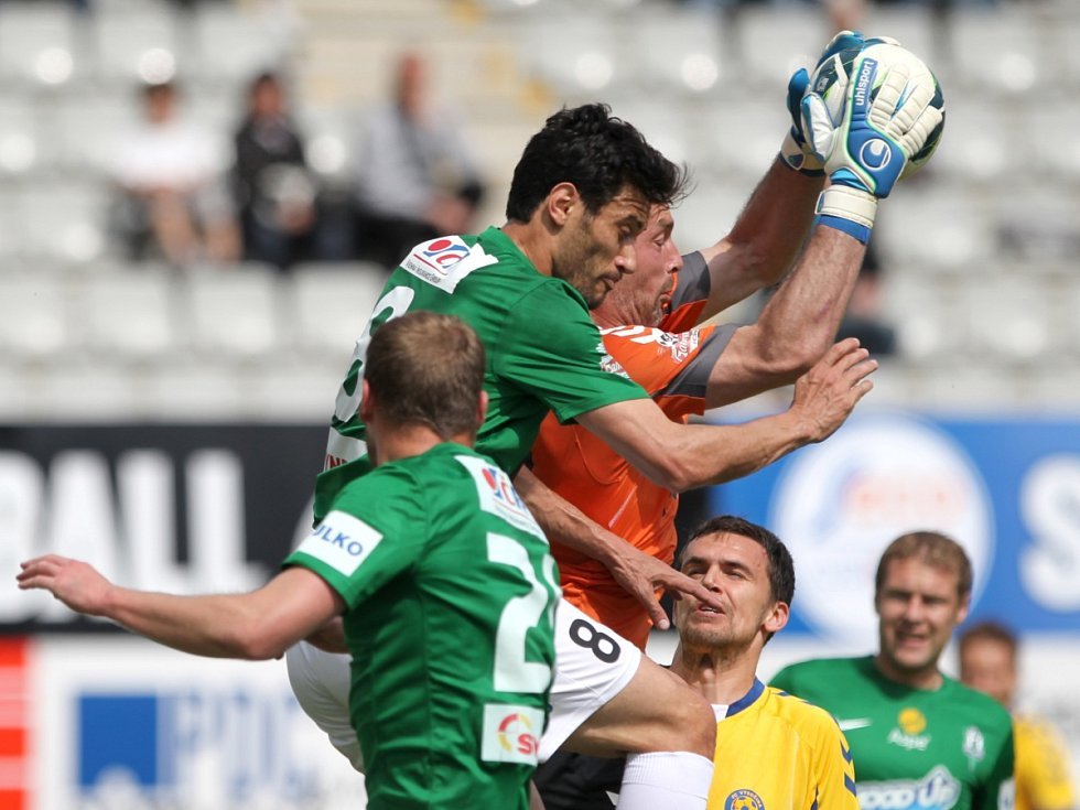 Jablonec doma remizoval s Jihlavou 1:1. Na snímku brankář Jihlavy Jaromír Blažek zasahuje před Danielem Rossim z Jablonce.