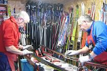 Ve ski servisu Mára připravují běžky pro 120 závodníků. Nejvýznamnějším z nich je česká jednička Stanislav Řezáč.
