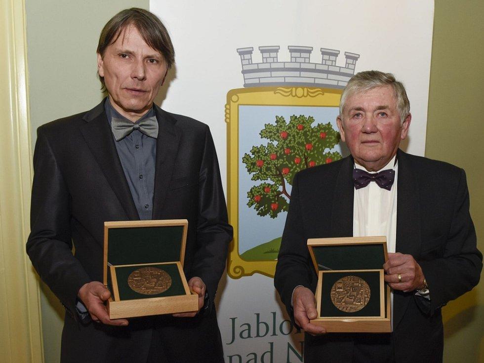 Předávání Ceny Jablonce nad Nisou PRO MERITIS 2016. Zleva: Jan Strnad a Jan Vízek.