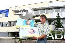 Na první pohled téměř stejné. Přístroj hlídající dech kojence Nanny. Na snímku vedoucí tuzemského prodeje Jablotron Viktor Slanař s originálem i plagiátem.
