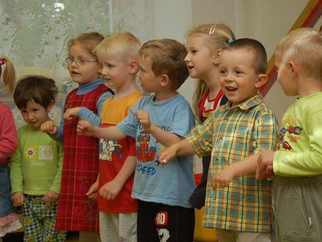 Děti z Mateřské školky Pohoda oslavili Den matek předčasně. Nechyběl zpěv, tanec a recitace. Vystoupení ratolestí si nenechal ujít ani jeden rodič.