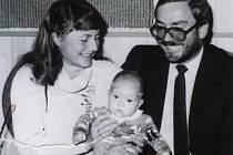 Manželé Pavel a Věra Fastrovi v roce 1989 při vítání občánků  se synem Jakubem.