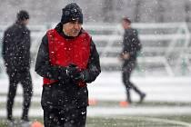 Ani sněžení neodradilo hráče Jablonce od tréninku. Na snímku trenér Václav Kotal.