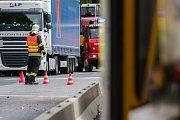 Dopravní nehoda osobního automobilu s tramvají se stala 17. července po druhé hodině odpoledne v Jablonci nad Nisou na světelné křižovatce ulic Liberecká a U Nisy.