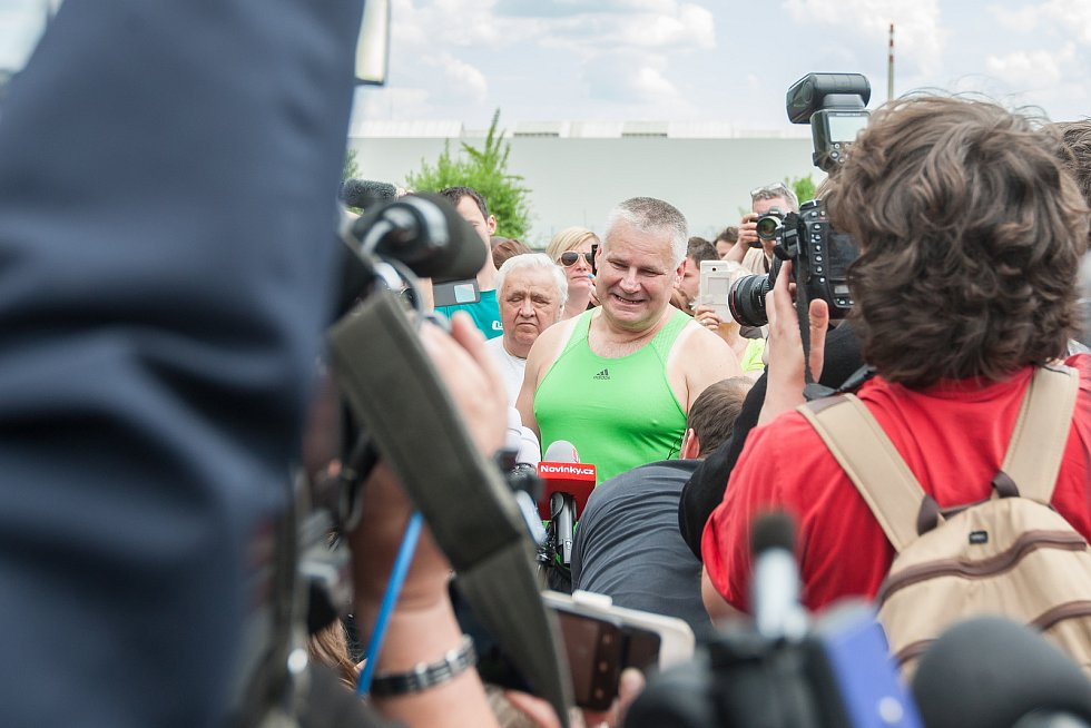 Jiří Kajínek, odsouzený vrah, míří 23. května po 23 letech na svobodu z věznice v Rýnovicích v Jablonci nad Nisou díky milosti, kterou mu udělil prezident Miloš Zeman. Na snímku propuštěný Jiří Kajínek při rozhovorech s novináři přímo před branou věznice