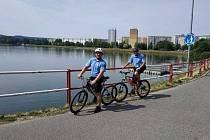 V okolí jablonecké přehrady, ale i na sídlišti Šumava či v Rýnovicích mohou lidé potkat strážníky na kolech.