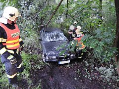 Jablonečtí profesionální hasiči vyjížděli v pondělí večer na pomoc k dopravní nehodě, která se stala v Zeleném údolí. Osobní automobil se nacházel mimo vozovku ve špatně přístupném terénu. Ve voze cestoval muž se ženou, oba byli v šoku.