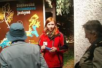 Jablonečtí senioři a seniorky střádají razítka do svých turistických notýsků. Společně putují s Jabloneckým škrpálem, cílem je nesedět doma a vidět kus přírody. Tentokrát byly cílem Bozkovské jeskyně a okolí.