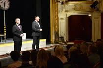 Primátor Petr Beitl a náměstek Pavel Svoboda před divadelní hrou poděkovali jabloneckým učitelům.