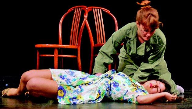 Studenti Gymnázia U Balvanu nastudovali shakespearovskou tragedii, ale s jiným názvem a novodobím provedením, příslušícím mladé generaci. Romeo a Julie po třiceti letech.