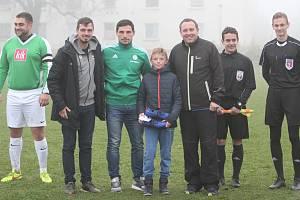Z pražské Bohemky na Smržovku přivezl finanční dar pro dobrou věc Josef Jindřišek, který s fotbalem začínal v nedalekých Plavech.