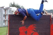 Sedm družstev žen a mužů dobrovolných hasičů nasadilo své síly, aby se probojovala na mistrovství ČR. Jednou z disciplín byla i štafeta na sto metrů překážek.