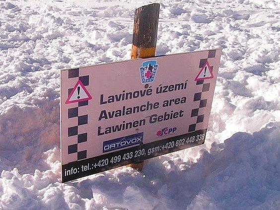 Pozor lavinové nebezpečí. Ilustrační foto.