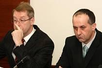 OBŽALOVANÍ JIŘÍ SUCHÁNEK (vpravo) A PETR MICHALŮ (mimo záběr) SVOU VINU NEPOPÍRAJÍ. Oba u včerejšího hlavního líčení u libereckého okresního soudu prohlásili, že svých činů litují.
