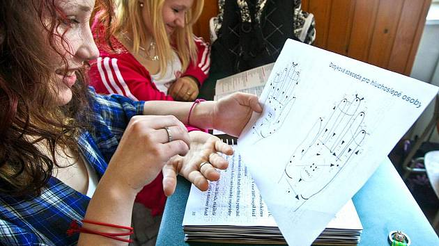Studenti prvního ročníku Obchodní akademie v Jablonci se každoročně seznamují se životy handicapovaných, konkrétně co je to hluchoslepota. Pohovořit na toto téma přišla se studenty zástupkyně společnosti LORM  Naďa Tomsová s jejich hluchoslepou klientkou.