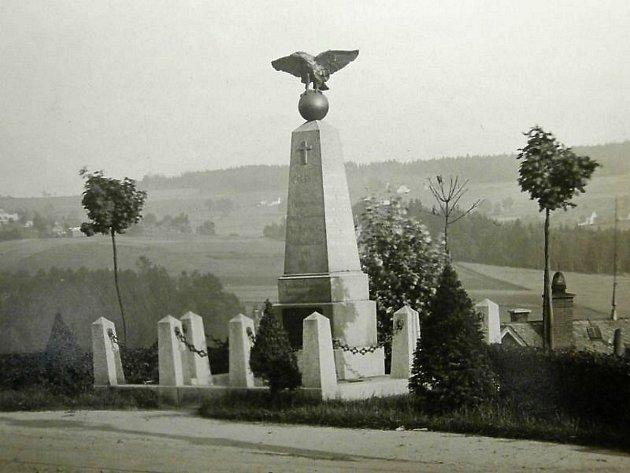 Pomník a válečný hrob připomínající prusko-rakouskou válku v Kokoníně, tzv. Pyramida. Tak vypadala původně, jak dokladuje archivní fotografie.