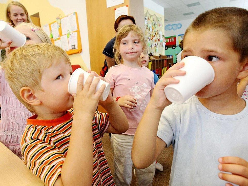 Zábavnou formou seznámili v Mateřském centru Jablíčko v Jablonci nad Nisou děti a jejich maminky s dodržováním pitného režimu.