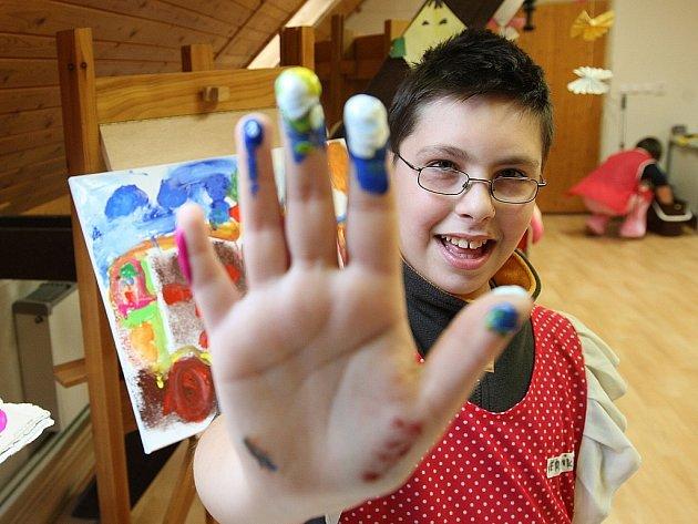 V těchto dnech využívají nově otevřený atelier ve výtvarném centru Sněženka slovenské děti. Na snímku Jakub Dobrocký.