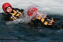 V sobotu trénují záchranáři spolu s hasiči záchranu tonoucího pod ledem. Při hezkém počasí pak také za pomoci vrtulníku.