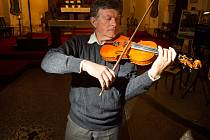 Jablonecký houslista František Lamač předvedl své umění při páteční noci kostelů. Tóny jeho houslí mohli lidé slyšet v kostele sv. Jakuba Většího v Železném Brodě.